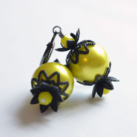 Halloween,Earrings,in,Chartreuse,and,Black,Halloween earrings, Halloween jewelry, chartreuse earrings, glass pearl earrings, black earrings