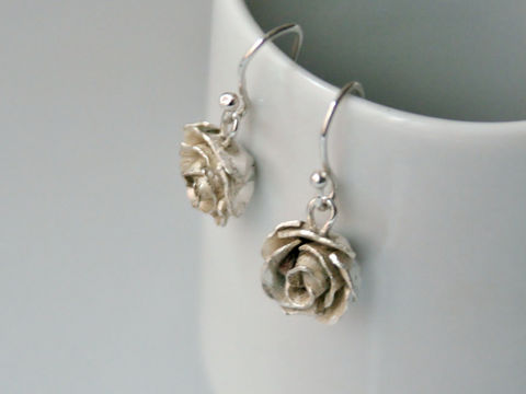 Rose,Earrings,Jewelry,Dangle,Sterling_Silver,Beatriz_Fortes,Contemporary_Jewelry,Ecofriendly,silver_rose,silver_flower,silver_rose_pendant,hand_forged,white_rose_silver,dangle_earrings,rose_earrings,flower_earrings,flower_jewelry,sterling silver
