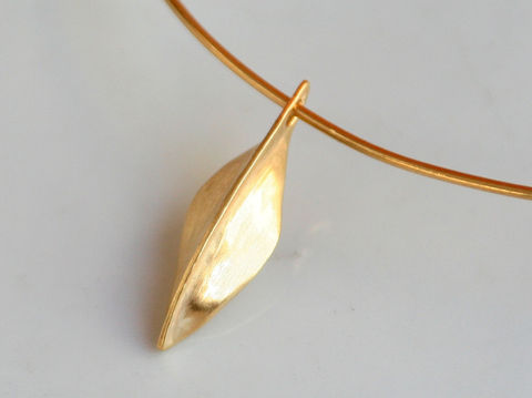 Leaf,Pendant,Jewelry,Metalwork,beatriz_fortes,aspiringmetalsteam,contemporary_jewelry,eco_friendly,18k_yellow_gold,heavy_gold_pendant,18k_gold_pendan,yellow_gold_pendant,18k_gold,fold_form_pendant,leaf_pendant,minimalistic_leaf,simple_leaf_pendant,18k gold