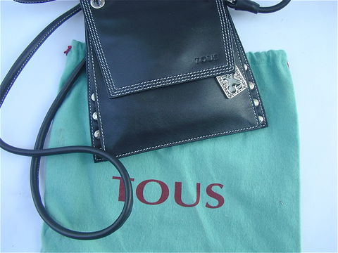 TOUS,Black,Leather,Shoulder,Bag,Pre,Owned,Used,criss cross body bag, pre owned tous black shoulder bag, used tous bag, tous black wallet, small designer bag, tous signature bag