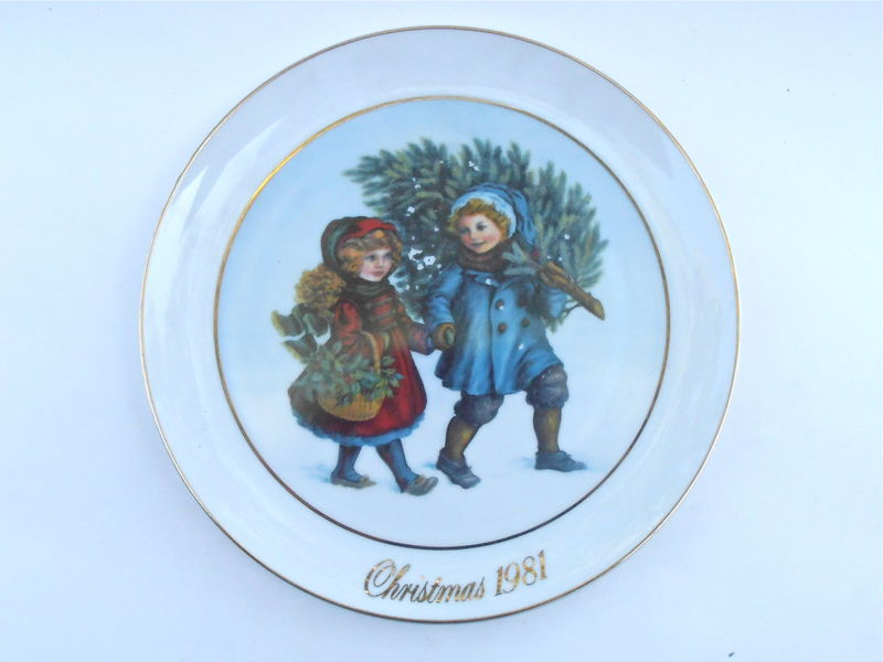 "Vintage Christmas Spirit Plate Avon Collectible Series Plaque Sharing Round First Edition 1981 Memories 22K Gold Paint 9.25"" Holiday Season - product images  of"