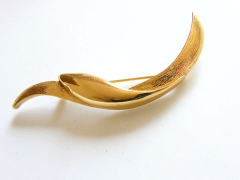 Vintage,Monet,Simple,Curved,Bar,Style,Brooch,in,Gold-Tone,Jewelry,bar,monet,polished,textured,simple,abstract,mid_century,holiday,gold,designer_signed,gifts_for_women,metal