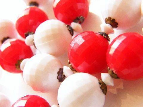 Vintage,Choker,Necklace,Apple,Red,,White,Plastic,Facet,Cut,Style,Beads,Jewelry,beaded,facet,beads,plastic,red,white,choker,vintage_necklace,choker_necklace,brass_endcaps,spring_ring,apple_red,holiday_jewelry,gold_tone,metal