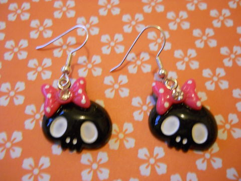 Black,Skull,Earrings,harajuku kawaii Funky shiny black skull faces wearing bows with diamanté rhinestone on drop earrings.