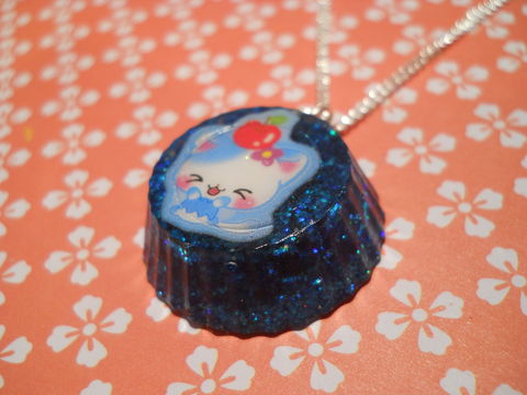SUPER,Sparkly,Blue,Round,Cat,Necklace,Unbelievably sparkly and eye-catching circular resin necklace pendant filled with super sparkly blue glitter and featuring a kawaii cat image. pendant silver gold necklace chain cute pendant