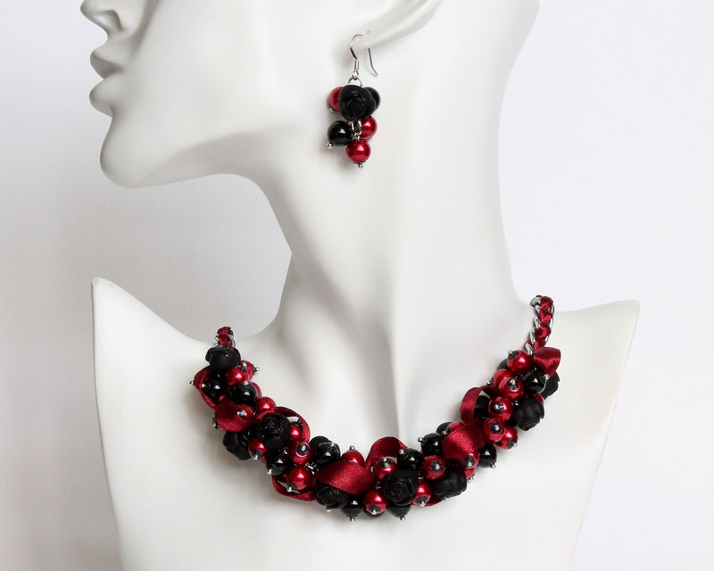 Black red rose cluster necklace and earrings cissy pixie for Red black and green jewelry
