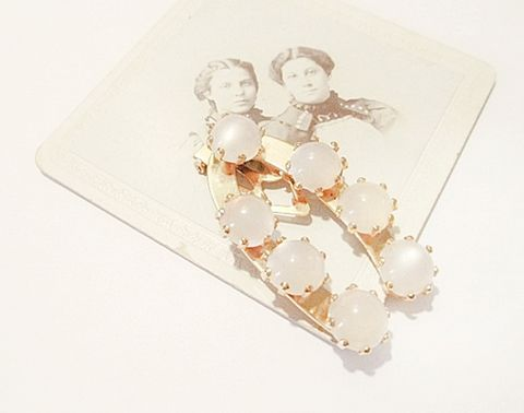 1950s,Vintage,Dress,Clip,with,Creamy,Pearlized,Moonglow,Lucite,Balls,Horse,Shoe,Shape,vintage jewelry,dress clips,moonglow,moon glow,lucite,plastic,scarf clip, 1950s,fifties,mod,beaded,anothertimevintageapparel,for sale,off white,horse shoe,fur clip,vintage,retro