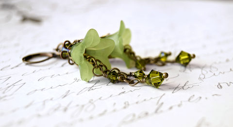 Apple,Green,Lucite,Flower,Earrings,green flowers, green earrings, green lucite earrings, lucite flower earrings, lucite flower jewelry, lucite jewelry, lucite fashion, acrylic flower earrings, romantic earrings, apple green earrings, chic earrings