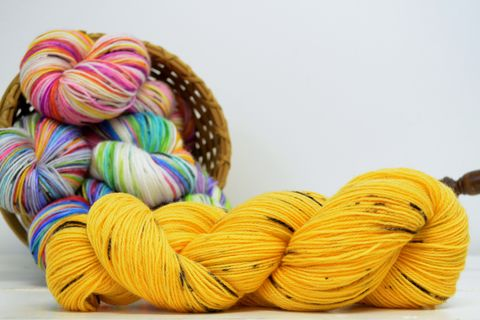 Bumblebee,~with,Speckles,yarn, kettle dyed, indiedyed yarn, solid yarn, tonal yarn kettle dyed, tonal yarn