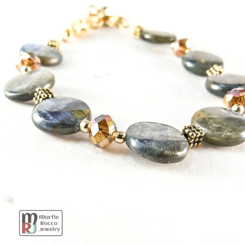 Kyanite,and,topaz,crystal,bracelet,with,golden,accents.,Kyanite and topaz crystal bracelet golden accents. BR255