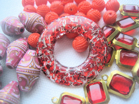 Vintage,Plastic,Mix,lucite,acrylic,red,rose,orange,circle pendant,plastic pendant,lucite pendant,confetti pendant,doughnut pendant,red confetti lucite