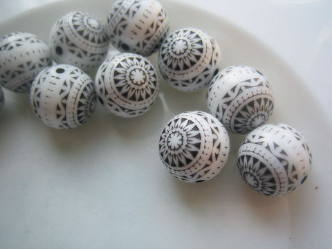Black,and,White,Vintage,Beads,Incised,Pattern,10,vintage beads, vintage plastic beads, West German beads, black and white beads, 10mm beads, incised beads, round beads