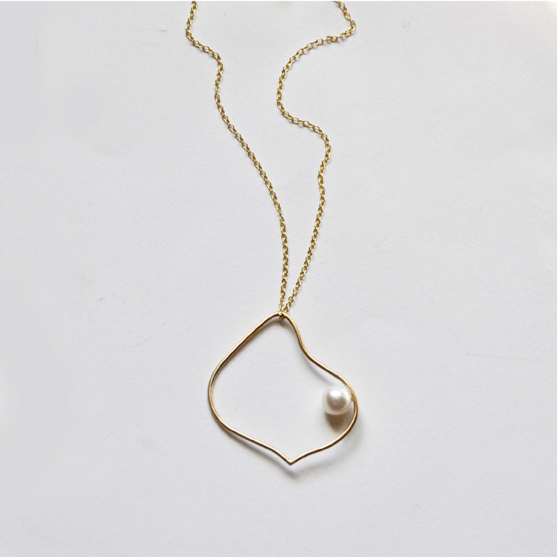 Silhouette gold hoop necklace with white pearl by Katerina Damilos - product images  of