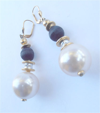 Vintage,Pearl,Earrings,Glass,Black,White,Dangling,Dangle,Ball,vintage creamy white pearl ball drop earrings, vintage cream white faux pearl earrings, chunky pearl bead earrings, vintage black white ball earrings, faux pearl onyx dangling earrings, oversized pearl bead faux onyx earrings, vintage glass pearl earrings