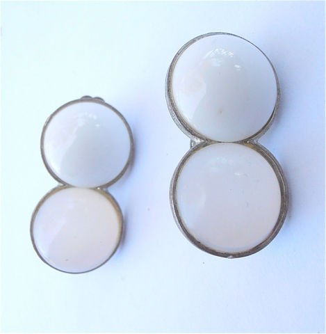 Vintage,White,Cabochon,Go,Earrings,Translucent,Opalite,Glass,Clip,Ons,Retro,Double,Two,Round,Silver,Tone,Art,Deco,Mod,Style,Collezione,vintage white cabochon clip on earrings, vintage milky round opalite earrings, vintage white opaque cab earrings, white opaque translucent opalite earrings, vintage white glass earrings, vintage white retro go go earrings, vintage art deco earrings