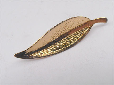 Vintage,Gold,Tone,Leaf,Brooch,Faux,Pin,Single,Golden,Accessory,vintage gold tone leaf brooch, vintage faux gold leaf pin, vintage single leaf brooch, vintage detailed leaf gold tone brooch, vintage leaf pin, leaf costume jewelry, vintage leafy brooch pin, gold leafy brooch, villa collezione boutique, villacollezione