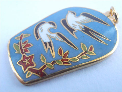 Vintage,Blue,Cloisonne,Pendant,Black,Bird,Red,Flower,Floral,Vtg,Enamel,Necklace,Gold,Tone,Cloissone,vintage blue pendant, vintage cornflower blue cloisonné pendant, black red birds pendant, red flower pendant, vintage blue enamel necklace, crane enamel design, gold tone cloissonne, blue cloisonné pendant, nature cloisonné pendant, villacollezione