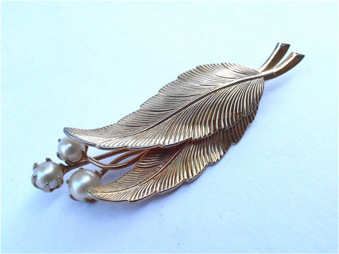 Vintage,Faux,Pearl,Gold,Tone,Leaf,Brooch,Leaves,Pin,Two,Golden,Three,Vtg,Off,White,vintage faux pearl gold tone leaf brooch, vintage faux gold leaves brooch, vintage gold tone leaves faux pearl pin, vintage two golden leaf brooch, vintage three pearl brooch, off white pearl pin, pearl leaves brooch, pearl leaves pin, simulated pearl pin