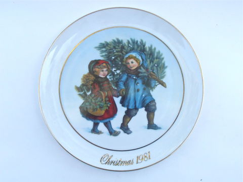 "Vintage,Christmas,Spirit,Plate,Avon,Collectible,Series,Plaque,Sharing,Round,First,Edition,1981,Memories,22K,Gold,Paint,9.25"",Holiday,Season,vintage avon christmas collectible 1981 first edition plate, vintage avon christmas memories plate, vintage avon xmas spirit plate, vintage sharing the Christmas spirit plaque, vintage 22k gold trim fine china plate, vintage collectable 9 inch round dish"