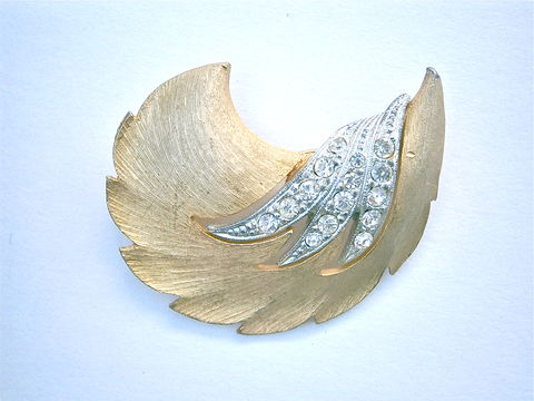 Vintage,JJ,Gold,Tone,Brooch,Rhinestones,Leafy,Edges,Brushed,Satin,Matte,Pin,Signed,Artsy,Flair,Art,Deco,Nouveau,Modernist,Jewelry,vintage brushed gold tone jj signed brooch, gold tone satin finished jj signed pin, vintage gold leaf rhinestone brooch, vintage art deco leaves gold brooch, art deco gold rhinestone satin pin, jj modernist brooch, two tone gold silver rhinestone brooch