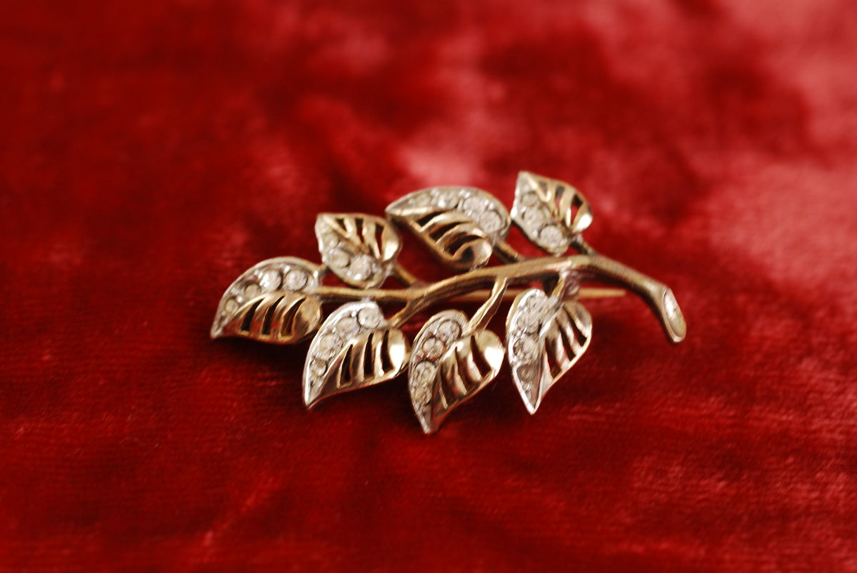 Vintage Leaves Brooch with Rhinestones - product image
