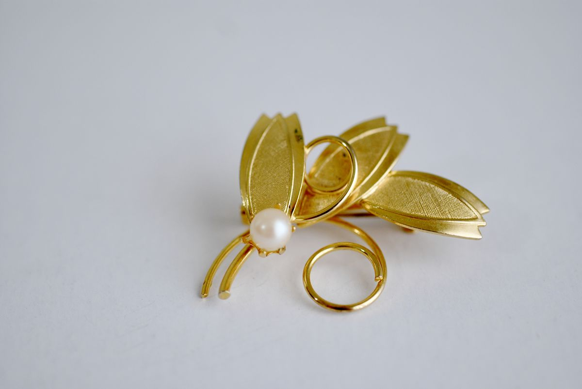 Gold Tone Vintage Brooch Leaves with Single Pearl - product image