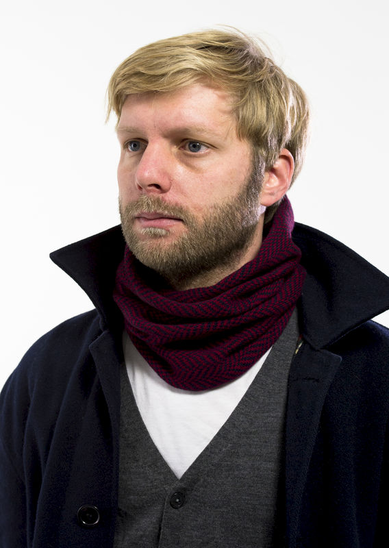Herringbone patterned tubescarf in finest Italian merino. Burgundy & navy. - product images  of