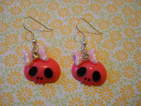 Pink,Skull,Earrings,harajuku kawaii Funky shiny pink skull faces wearing bows with diamanté rhinestone on drop earrings.