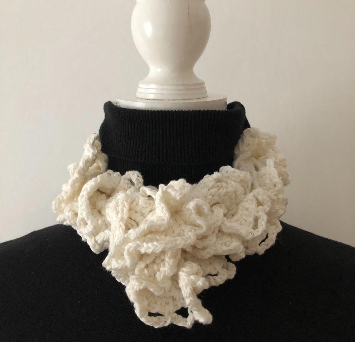 Off white ruffle scarf in vegan friendly yarn - ATNine