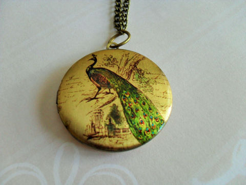 PEACOCK,DESIGN,LOCKET,Pendant,Necklace,/,Picture,Locket,Gift,for,Her,under,20,dollars,Vintage,Image,Boxed,//,Jewelry,Canadian,Bjeweled_Vintage,Designer,One_Of_A_Kind,Hand_Made,Antique_Brass,Photo_Locket,Locket_Necklace,Peacock_Locket,Peacock_Necklace,Peacock_Design,Unique_Gift