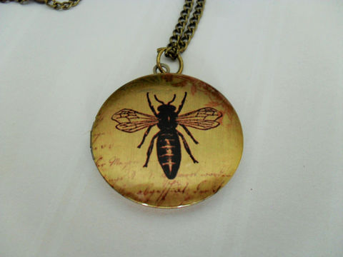 BEE,DESIGN,LOCKET,Pendant,Necklace,//,Picture,Locket,Pretty,Gift,for,Her,Vintage,Image,Boxed,Antique,Brass,Jewelry,Canadian,Bjeweled_Vintage,Designer,One_Of_A_Kind,Hand_Made,Antique_Brass,Photo_Locket,Locket_Necklace,Vintage_Bee,Bee_Necklace,Bee_Locket,Unique_Gift