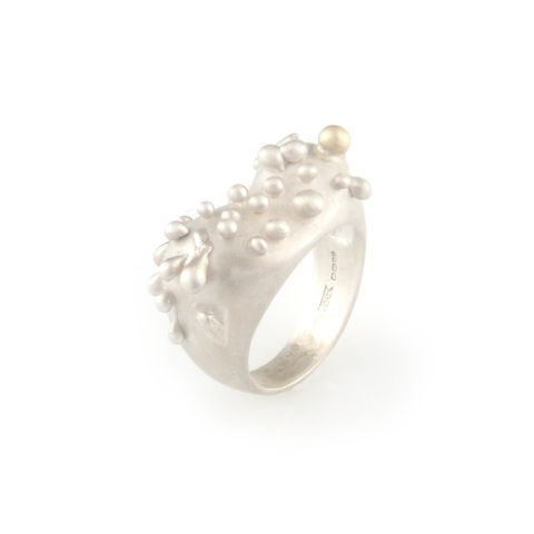 Silver,ring,with,gold,droplet,silver jewellery, contemporary jewellery, ring, gold