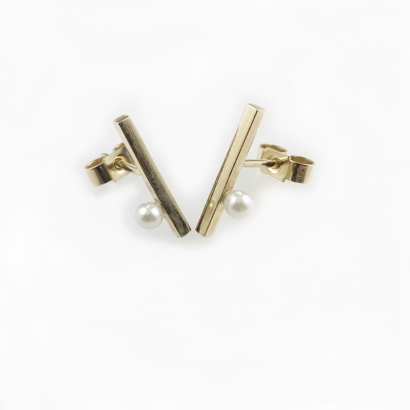 'Gem Amour' - Yellow gold bar ear studs with Akoya pearls - product images  of